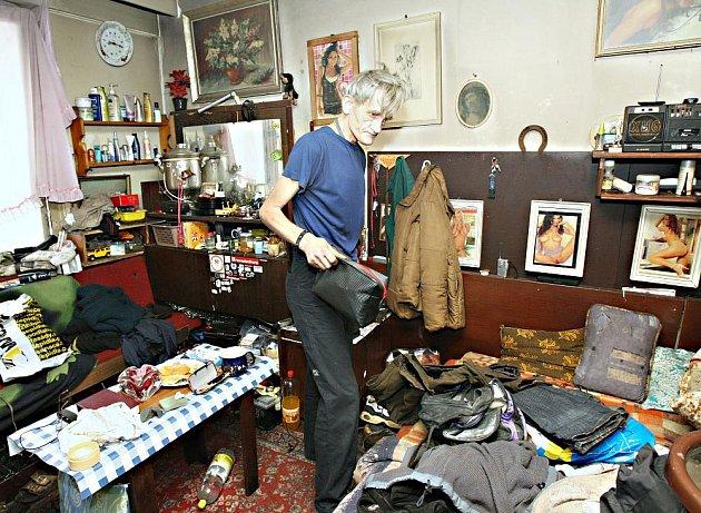 """V jednom z mála obyvatelných pokojů přebývá Karel Žemlička. Třiašedesátiletý vyučený dlaždič si právě balí věci do tašky, protože městská policie mu nařídila jeho """"kvartýr"""" opustit. Pokoj jako jeden z mála nebyl vysklený, teplo zajišťovala malá kamínka."""