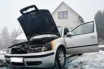 Auto začalo hořet přímo před autoservisem v Javorech