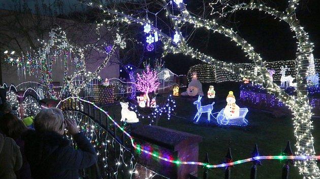 V Benešově na Ploučnicí mají vánočně vyzdobený dům i zahradu