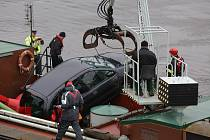 Auto v Děčíně spadlo do Labe. Člověk uvnitř nehodu nepřežil.
