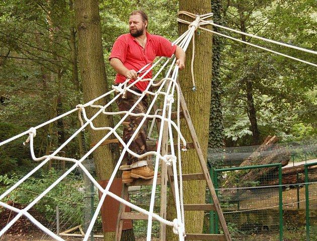 Pracovník údržby děčínské zoo Miroslav Pokorný dolaďuje novou lanovou prolézačku.