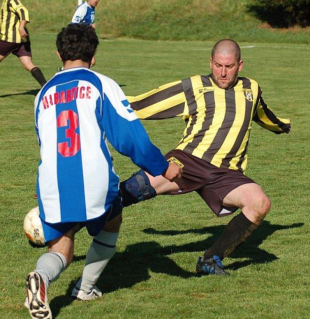 DOLNÍ HABARTICE (v modro–bílé) doma porazily bez problémů 3:1 Valkeřice (v žluto–černé).