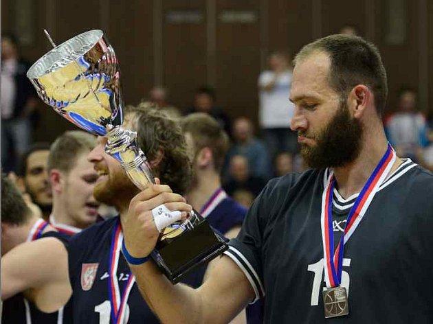 STŘÍBRO! Jakub Houška, kapitán BK Děčín, si prohlíží trofej pro druhý tým NBL.