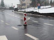 Voda ze silnice v Ludvíkovicích vytékala téměř uprostřed křižovatky.