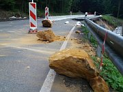 Kvůli padajícím kamenům je uzavřená silnice z České Kamenice do Kytlic