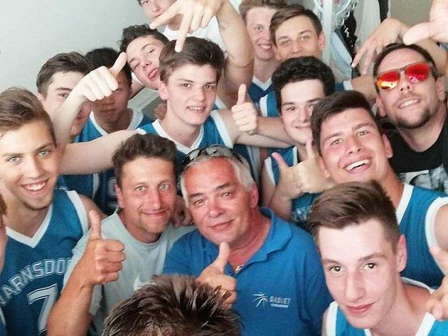 OPRÁVNĚNÁ RADOST. Basketbalový Varnsdorf slaví postup. Tým kadetů a juniorů (U 19) si vybojoval postup do ligové soutěže.