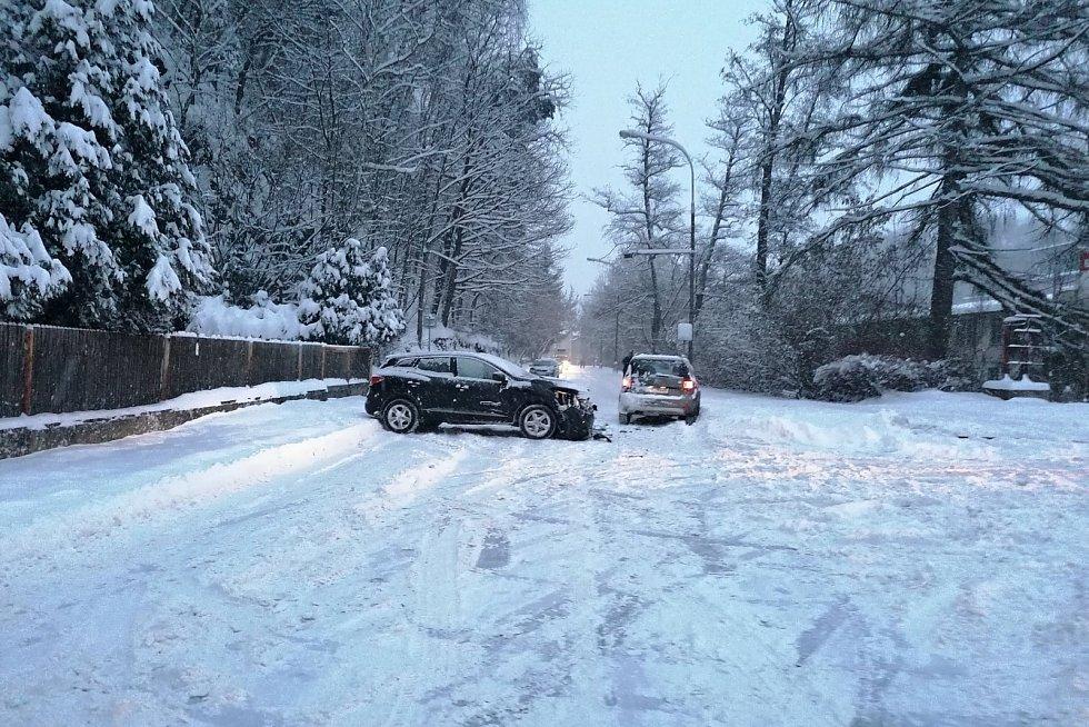 Nehoda na křižovatce Teplické a Oldřichovské ulice v Děčíně v pondělí 8. února ráno. Dvě auta po srážce zablokovala celou silnici.
