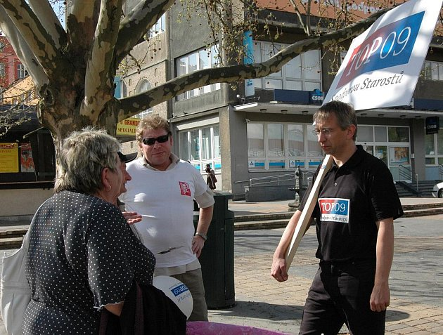 TOP 09. Lídr ústecké kandidátky do parlamentních voleb Jaromír Drábek včera společně se svým týmem mluvil na ulici v Děčíně s tamními obyvateli.