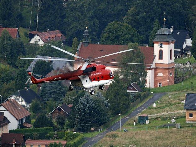 Vrtulník přepravil na skalní ostroh přes 40 tun stavebního materiálu vzhledem k nepřístupnému terénu.