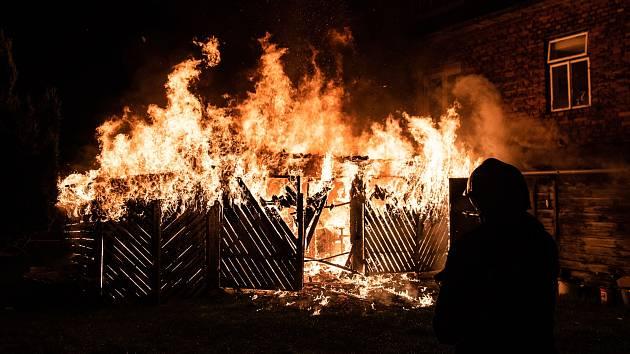 V Rybništi hořela garáž u domu.