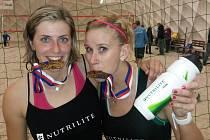 ŠŤASTNÉ VÍTĚZKY. Šárka Nakládalová (vlevo) a Michaela Vorlová zkouší poctivost zlatých medailí z halové MČR v beach volejbale.