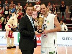 JAKUB HOUŠKA z Děčína (vpravo) s pohárem pro poraženého finalistu. Válečníci zůstali pod pohárovým vrcholem.