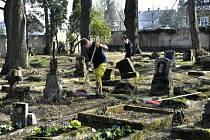 ÚKLID. Do úklidu starého hřbitova v Jiříkově se pustil s přicházejícím jarem Schrödingerův institut.