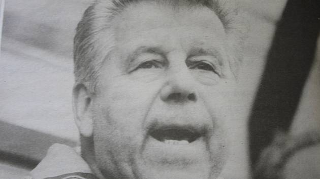 Josef Masopust na lavičce FK Pelikán Děčín, který hrál v tu dobu ČFL. Snímek vyšel v Děčínském deníku 1. dubna 1995.