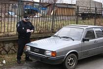 Kontrola odstavených aut v Děčíně.