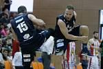 Basketbalové utkání play off Kooperativy NBL mezi BK JIP Pardubice (v bíločerném) a BK Armax Děčín (v černém) v pardubické hale na Dašické.