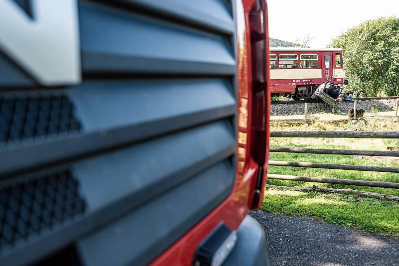 Nehoda vlaku a osobního auta v Horním Podluží.