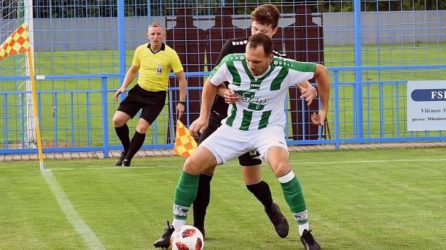 Fotbalový rozhodčí Jakub Hejl (v pozadí).