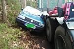 Ze zaklíněného vozu v Hřensku museli řidiče vyprostit hasiči.