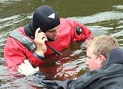 Potápěči při hledání potopeného tanku našli schránku s náboji do kulometu. Pyrotechnik z krajské správy Policie ČR z Ústí nad Labem nález prohlédl a odvezl ho k likvidaci