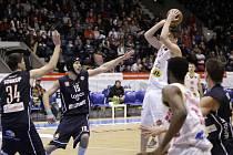 PORÁŽKA. Basketbalisté Děčína (v tmavém) prohráli v Pardubicích 72:83.