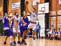 DALŠÍ PORÁŽKA. Basketbalisté Varnsdorfu (bílé dresy) prohráli s Domažlicemi.