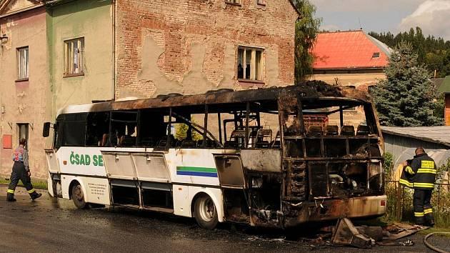 Autobus zachvátily plameny