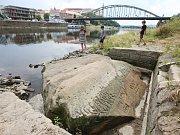 Tři velké hladové kameny ukázala vysychající řeka Labe.