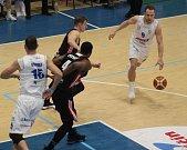 PRVNÍ ZÁPAS čtvrtfinále Děčín nezvládl. Doma podlehl Svitavám 80:92.