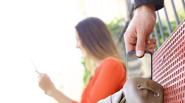 Krádež telefonu. Ilustrační foto.