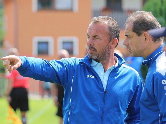 CO VYMYSLÍ? Vlevo trenér Zdenko Frťala, vpravo asistent Libor Macháček.
