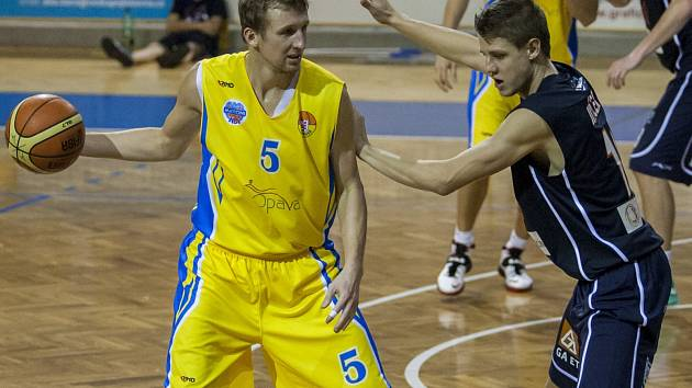 HLAVNÍ POSTAVOU prvního vzájemného utkání byl opavský Ladislav Sokolovský (ve žlutém).