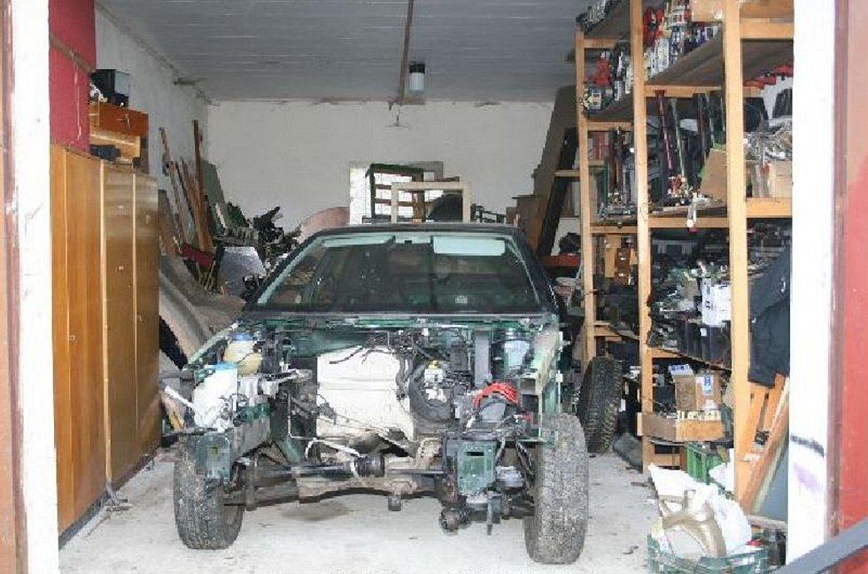 Kradená auta a nástroje, které zloději používali.