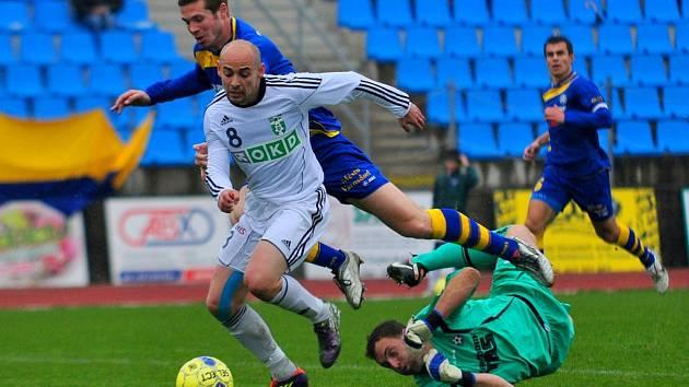 ŠKODA. Fotbalisté Varnsdorfu (v modrém) doma remizovali s Karvinou 1:1.