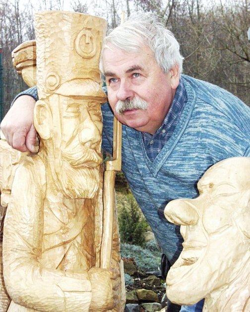 Marks vyřezal sochy ze dřeva v  téměř životní velikosti.