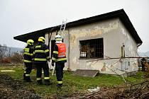 U děčínského vlakového nádraží ČD hořel u kolejí domek bývalého hradla.