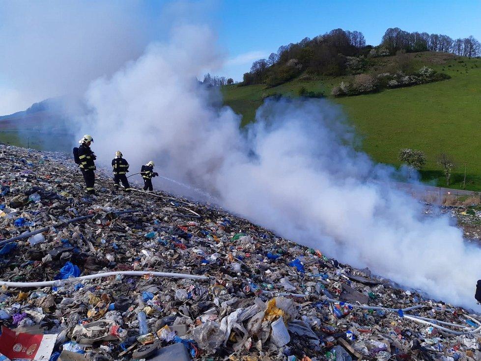 Požár skládky u Malšovic.