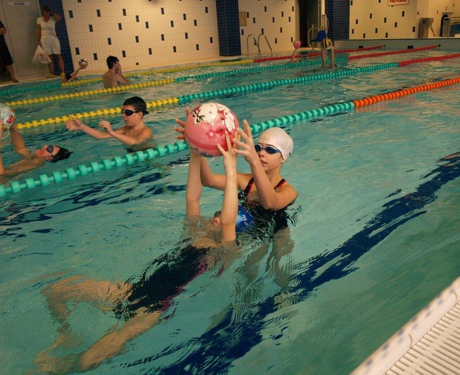 HLAVNĚ BYLA SRANDA. Varnsdorfský bazén se bavil.