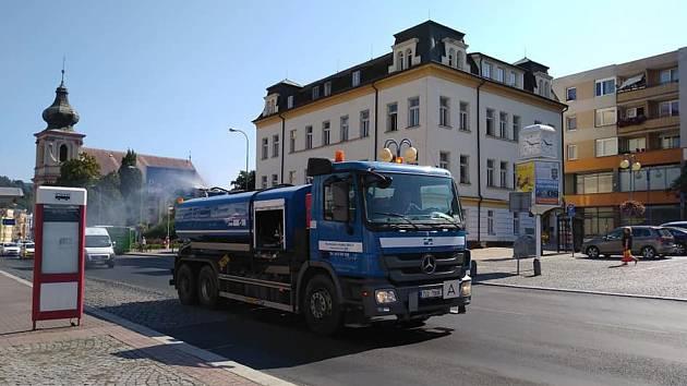 Po Děčíně jezdí kropící vozy, které ochlazují město.