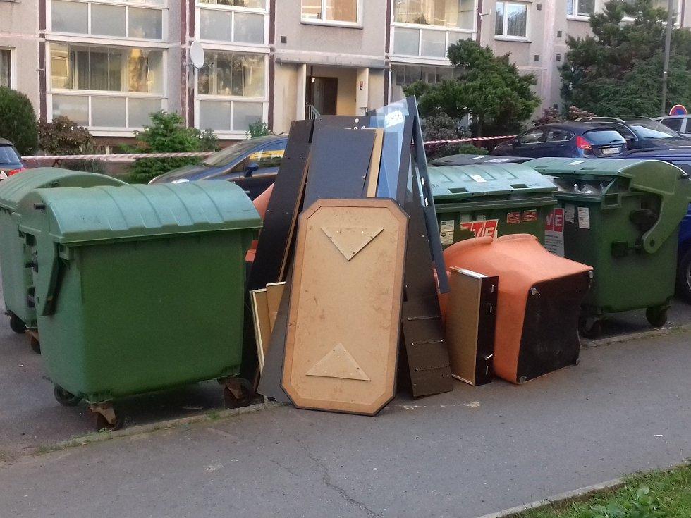 U kontejnerů v Rumburku se válí gauče, matrace a další nepořádek.