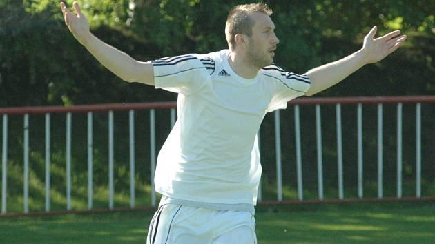 DERBY. Fotbalisté Modré (bílé dresy) doma porazili Junior Děčín 3:1.