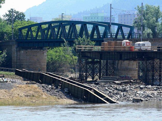 Zhroucená konstrukce uželezničního mostu.