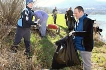 Do celostátní akce Ukliďme Česko se v Děčíně zapojily desítky dobrovolníků.