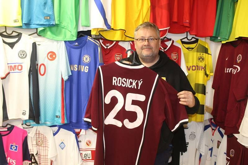 SBĚRATEL. Miloš Lukačovič z Chřibské a jeho unikátní sbírka fotbalových dresů.