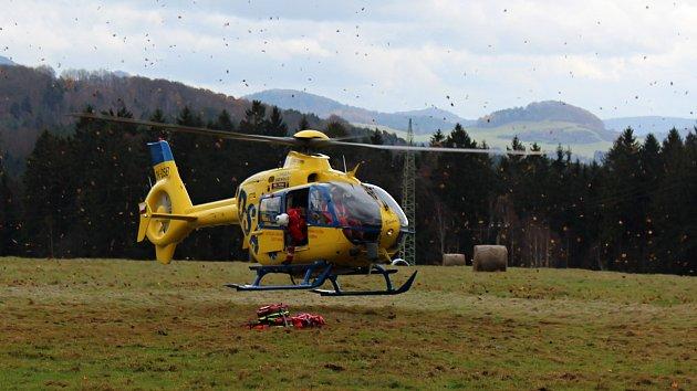 Letecká záchranka cvičí s hasiči zásahy v soutěskách u Hřenska