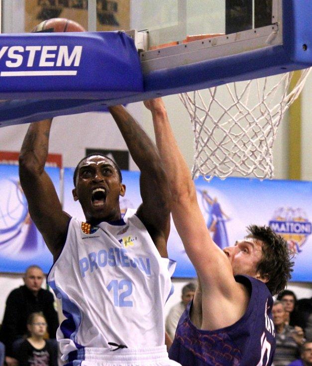 OPĚT BRONZ. Děčínští basketbalisté (v modrém) na finále nedosáhli.