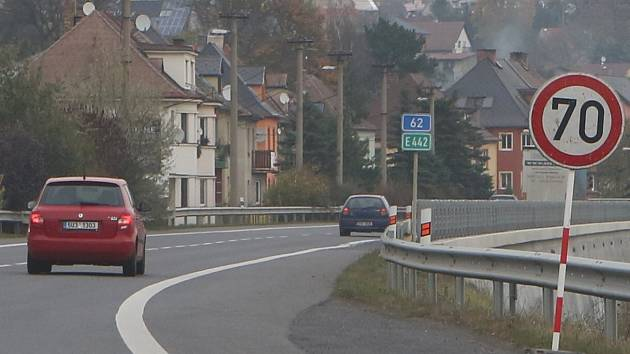Kvůli měření hlučnosti je na výpadovce z Děčína na Ústí nad Labem dočasně omezená rychlost.