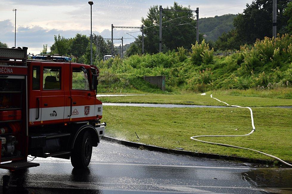 Přívalový déšť zatopil podjezd pod Novým mostem.