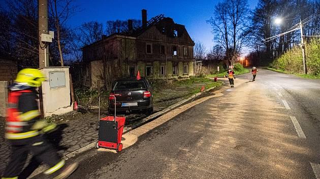 Hasiči likvidovali vyteklý olej z auta v Mladoboleslavské ulici ve Varnsdorfu.