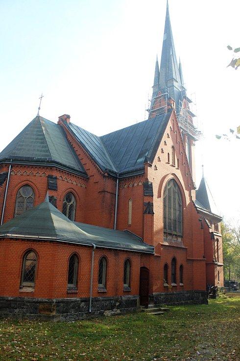 Oprava Červeného kostelu ve Varnsdorfu.